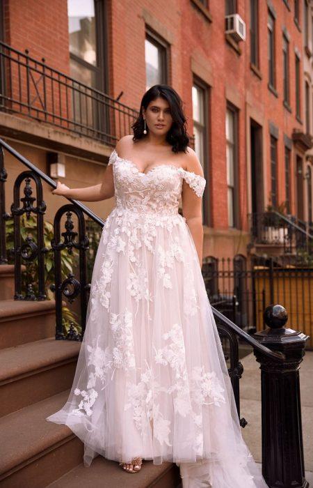wunderschönes Princess Hochzeitskleid mit floraler Spitze, auch als curvy erhältlich